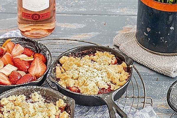 Erdbeer-Rhabarber-Crumble mit Basilikum-Eis