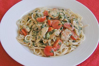 Rezeptbild zum Rezept Pasta mit Tomaten-Spinat-Käse-Soße und Hähnchen