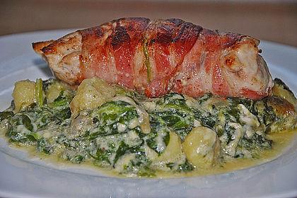 Rezeptbild zum Rezept Putensteaks aus dem Ofen mit Spinat - Gorgonzola - Sauce und Pinienkernen