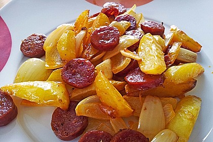 Rezeptbild zum Rezept Ofenkartoffeln mit Zwiebeln, Chorizo und Sauerrahm - Paprika - Dip