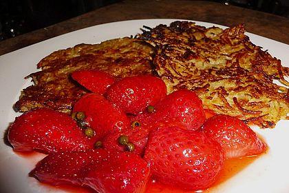 Rezeptbild zum Rezept Apfel-Reibekuchen mit gepfefferten Erdbeeren