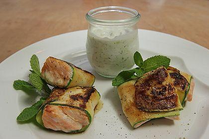 Rezeptbild zum Rezept Lachs im Zucchinimantel an Minz-Tzatziki