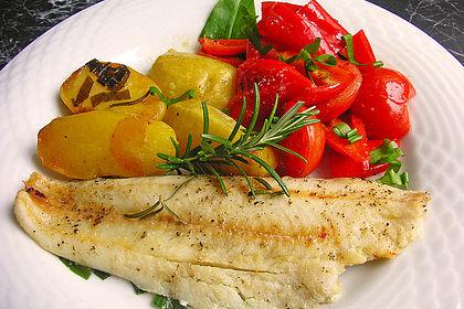 Rezeptbild zum Rezept Fischfilet 'Mediterran' mit Kartoffeln, Tomaten, Olivenöl und Knoblauch