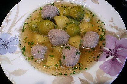 Rezeptbild zum Rezept Rosenkohlsuppe mit Bratwurstklößchen