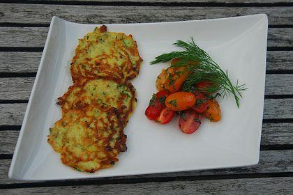 Rezeptbild zum Rezept Zucchini-Ricotta-Puffer mit buntem Tomatensalat
