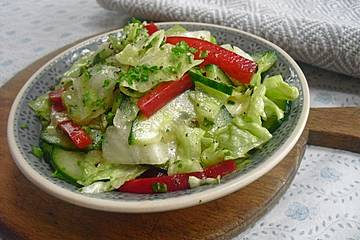 Gurken-Paprika-Eisbergsalat in Honig-Dressing