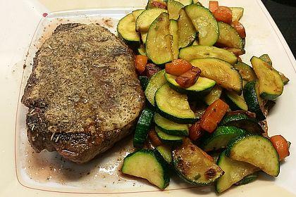 Rezeptbild zum Rezept Rindersteak mit Senf-Kräuter-Auflage und Gemüse