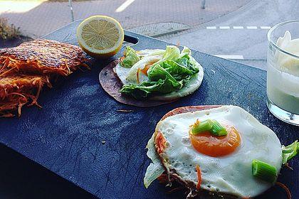 Rezeptbild zum Rezept Karottenburger mit Eisbergsalat, Schinken, Ei und Dressing