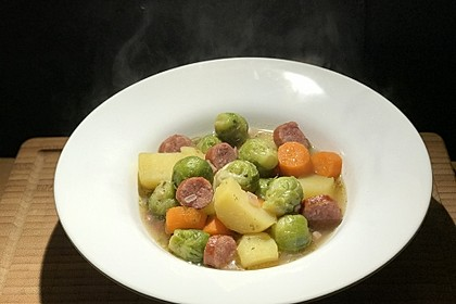 Rezeptbild zum Rezept Rosenkohl-Kartoffel-Eintopf mit Mettenden
