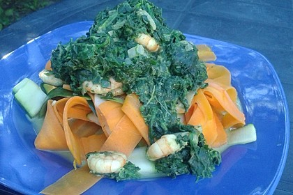 Rezeptbild zum Rezept Gemüsenudeln mit Spinat-Garnelen-Soße