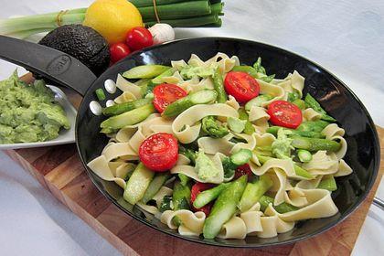 Rezeptbild zum Rezept Gebratener grüner Spargel mit Avocadocreme und breiten Nudeln