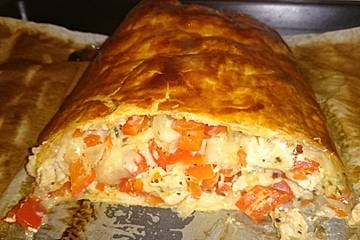 Blätterteig-Rolle mit Paprika-Hähnchen, Mozzarella und Crème fraîche