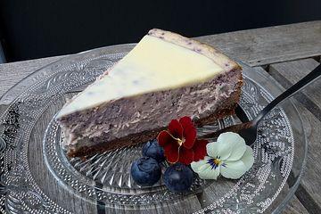 Blueberry-Cheesecake mit weißem Schokoladenguss