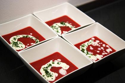 Rezeptbild zum Rezept Fruchtige Rote Bete-Suppe mit Meerrettichschaum
