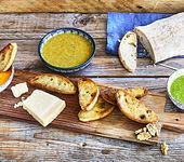 Dreierlei Pesto mit Grana Padano auf Crostinis