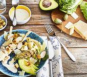 Gegrillter Caesarsalat mit Avocado und Grana Padano