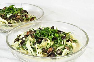 Gurkenspaghetti-Salat mit Kürbiskernen