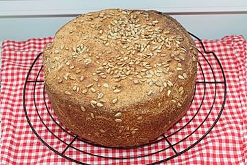 Dinkel-Weizen-Vollkorn-Brot mit Sauerteig und gepufftem Amarant aus dem Bräter