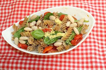 Nudelsalat mit gebratenen Tomaten