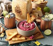 Rote Bete Hummus, Grana Padano und knuspriges Brot - zusammen mit einem Moscow Mule