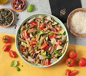 Nudelsalat mit gegrillten Zucchini, Sardellen, Kirschtomaten, Kürbiskernen und Grana Padano
