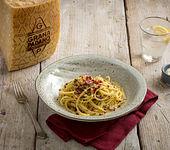 Spaghetti mit Grana Padano, pinken Pfefferkörnern und Amalfi-Zitrone