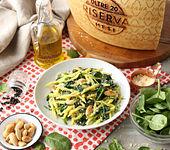 Trofie mit in der Pfanne geschwenktem Spinat, Mandeln und Grana Padano Riserva