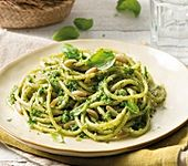 Spaghetti mit Pesto, Pinienkernen & Basilikum