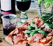 Pinsa mit Pastrami und Rotweinzwiebeln