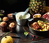 Exotischer Mandelbiskuit mit Rumtopf und Eis