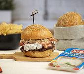 Hamburger mit Gorgonzola, Sauerkraut, Zwiebeln und Bacon