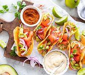 Low-carb Tacos mit Wildlachs und Avocado