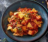 Farfalle mit Tomaten-Kaki-Sauce und Lachs