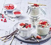 Leckere weiße Mousse au Chocolat mit Beeren