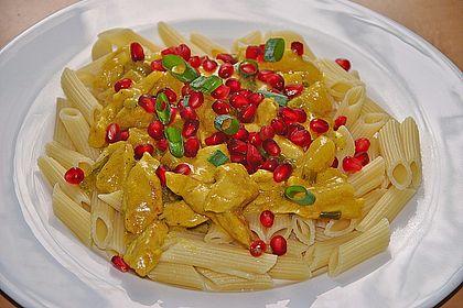 Rezeptbild zum Rezept Currypasta mit Pute oder Huhn und Granatapfel