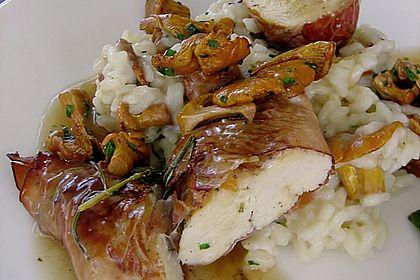 Rezeptbild zum Rezept Hähnchenbrustfilet im Schwarzwälder Schinken gebacken auf Pfifferling-Risotto