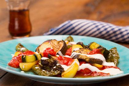 Rezeptbild zum Rezept Mediterranes gebackenes Gemüse mit Joghurt - Tomatensauce