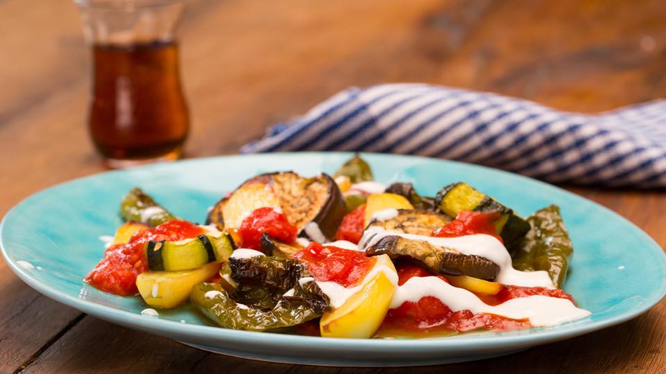 Rezept Mediterranes gebackenes Gemüse mit Joghurt - Tomatensauce