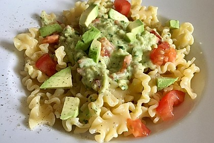 Rezeptbild zum Rezept Schnelle Pasta mit Tomaten-Avocado-Sauce
